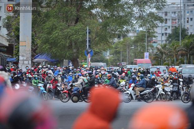 Ảnh: Đường Hà Nội chật cứng xe cộ, hàng nghìn người chôn chân, vật lộn với giá rét xấp xỉ 10 độ C - Ảnh 10.