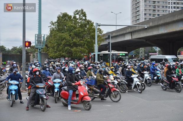 Ảnh: Đường Hà Nội chật cứng xe cộ, hàng nghìn người chôn chân, vật lộn với giá rét xấp xỉ 10 độ C - Ảnh 7.