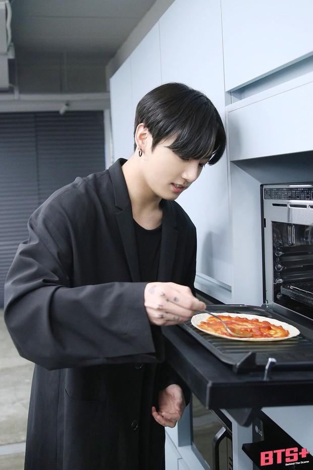 Jungkook (BTS) tận dụng đồ thừa làm pizza cực nhanh, ai muốn có cheap moment với idol thì học ngay - Ảnh 1.