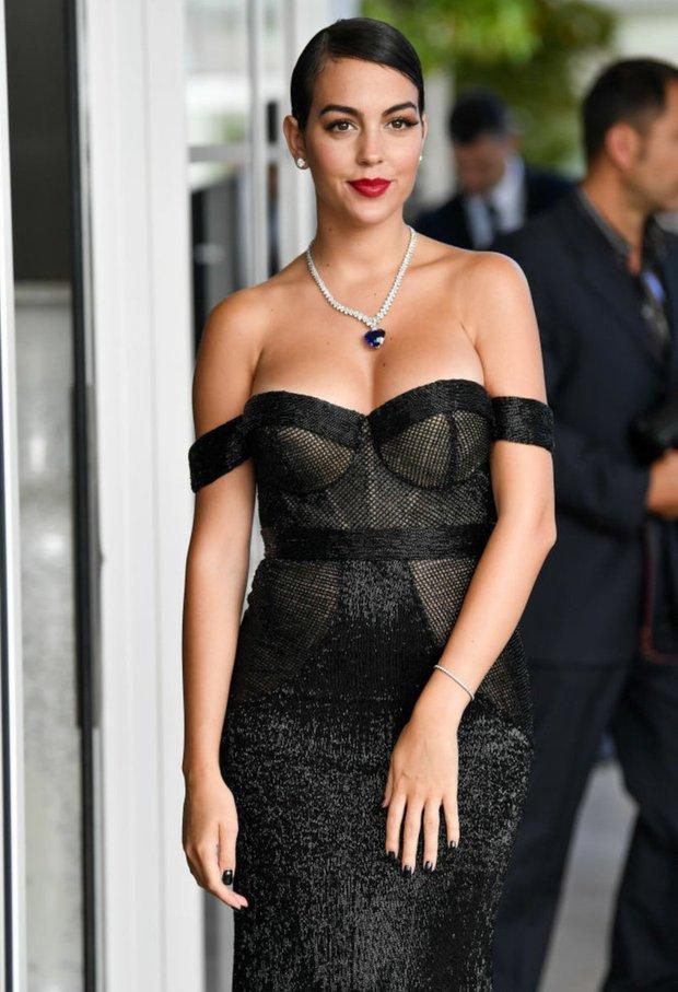 Hôn thê người mẫu có hành động cực tinh tế để cổ vũ Ronaldo, dân tình lại chỉ chú ý đến chi tiết vòng 1 khủng của cô nàng - Ảnh 8.