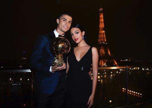Hôn thê người mẫu có hành động cực tinh tế để cổ vũ Ronaldo, dân tình lại chỉ chú ý đến chi tiết vòng 1 khủng của cô nàng - Ảnh 9.