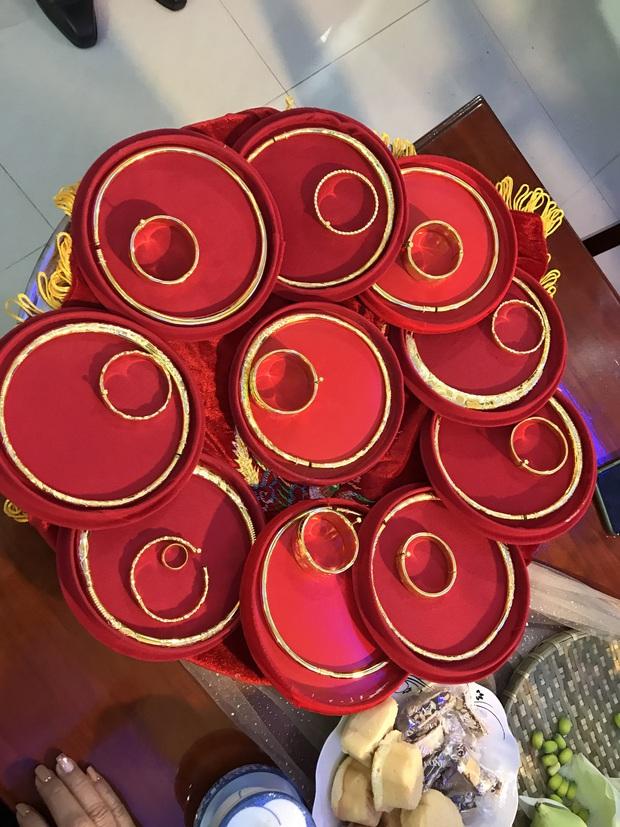 """Đại hội khoe vàng cưới của 2 cô dâu hot nhất Vbiz hôm nay: Thúy An được tặng 10 bộ vòng, Bùi Tiến Dũng phải """"gánh"""" hộ vợ - Ảnh 3."""