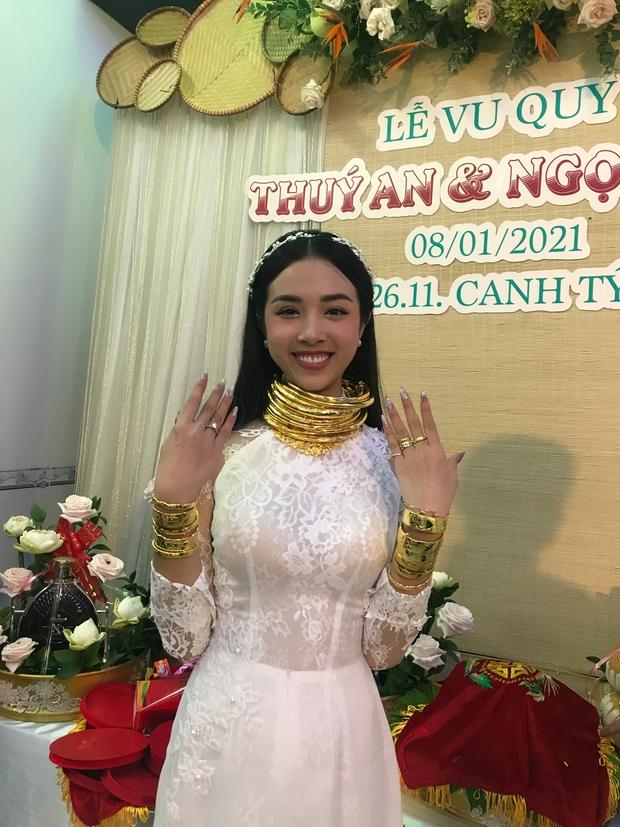"""Á hậu Thúy An đeo vòng vàng ứ cả cổ, kín tay ở đám cưới, netizen gật gù: Lấy chồng là gánh nặng, nhưng """"nặng"""" thế này thì còn gì bằng - Ảnh 5."""