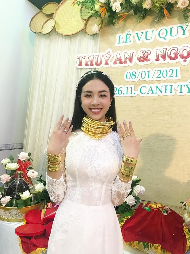 """Đại hội khoe vàng cưới của 2 cô dâu hot nhất Vbiz hôm nay: Thúy An được tặng 10 bộ vòng, Bùi Tiến Dũng phải """"gánh"""" hộ vợ - Ảnh 2."""