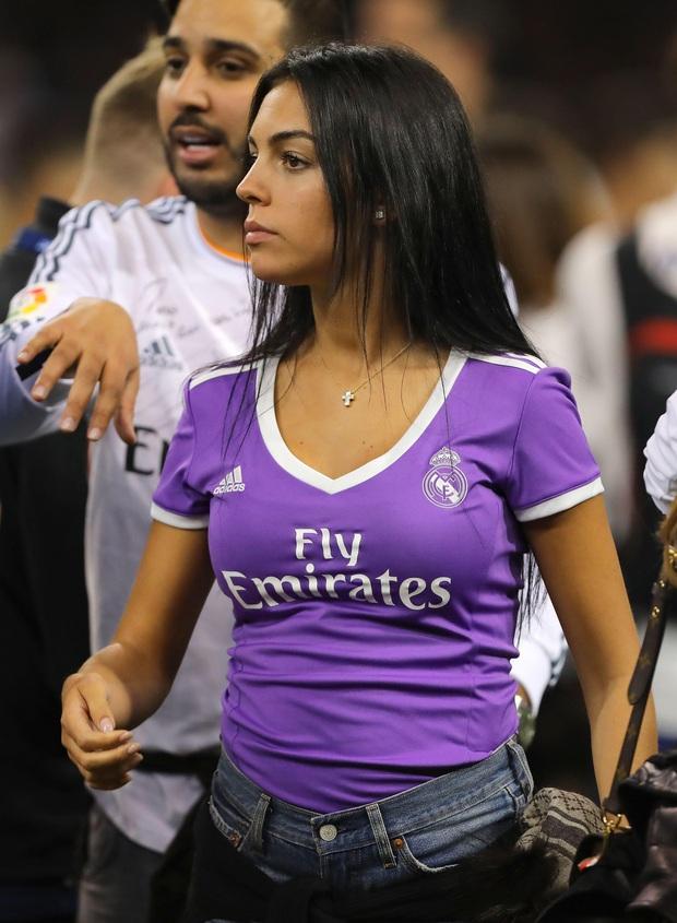 Hôn thê người mẫu có hành động cực tinh tế để cổ vũ Ronaldo, dân tình lại chỉ chú ý đến chi tiết vòng 1 khủng của cô nàng - Ảnh 2.