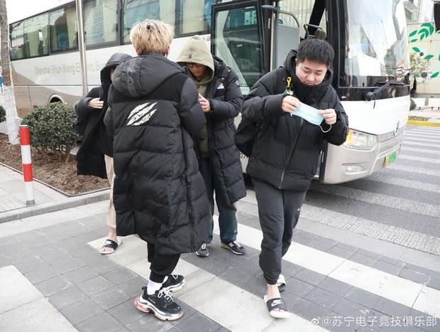 Diện style quần đùi dép lê giữa thời tiết âm 6 độ, SofM khiến fan Trung Quốc sợ tái mặt - Ảnh 1.