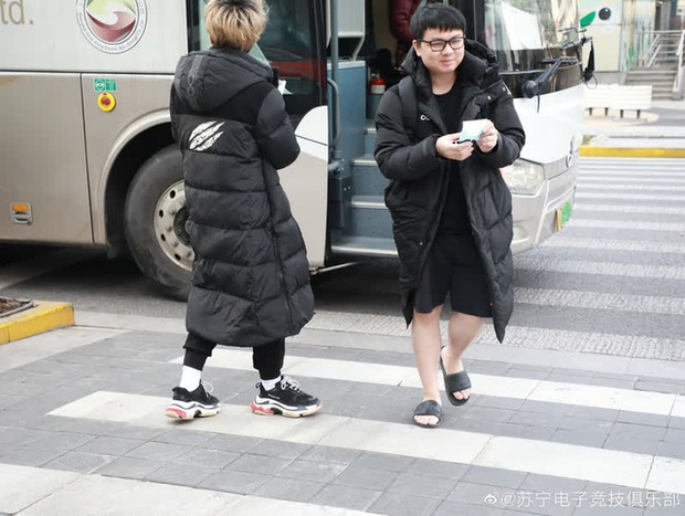 Diện style quần đùi dép lê giữa thời tiết âm 6 độ, SofM khiến fan Trung Quốc sợ tái mặt - Ảnh 2.