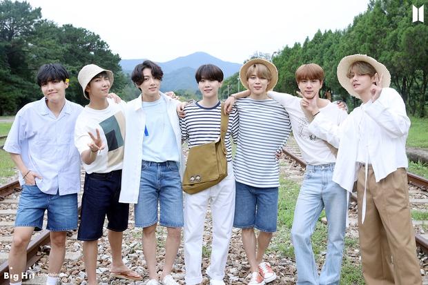 Dynamite (BTS) giật cúp thứ 30, lì lợm từ năm cũ sang đến năm mới khiến fan thấy tức thay ca khúc em út Life Goes On - Ảnh 1.