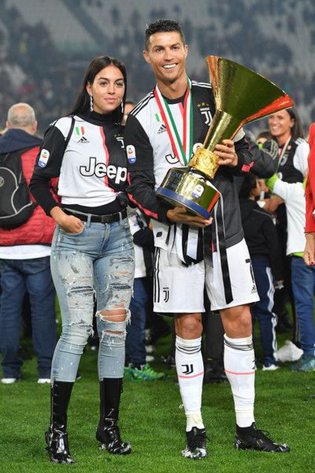 Hôn thê người mẫu có hành động cực tinh tế để cổ vũ Ronaldo, dân tình lại chỉ chú ý đến chi tiết vòng 1 khủng của cô nàng - Ảnh 5.