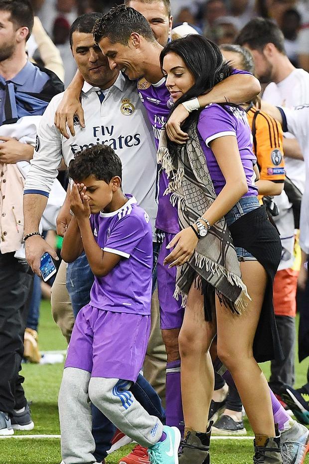Hôn thê người mẫu có hành động cực tinh tế để cổ vũ Ronaldo, dân tình lại chỉ chú ý đến chi tiết vòng 1 khủng của cô nàng - Ảnh 4.