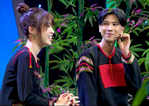 Han Sara bất ngờ được soái ca Ê Đê lên tận show tỏ tình để hỏi cưới - Ảnh 1.