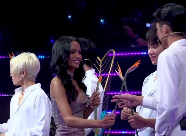 Học trò Minh Tú bất ngờ xuất hiện trên show tỏ tình, còn được Phạm Đình Thái Ngân bấm nút lựa chọn - Ảnh 3.