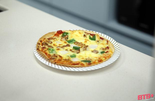 Jungkook (BTS) tận dụng đồ thừa làm pizza cực nhanh, ai muốn có cheap moment với idol thì học ngay - Ảnh 2.