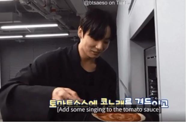 Jungkook (BTS) tận dụng đồ thừa làm pizza cực nhanh, ai muốn có cheap moment với idol thì học ngay - Ảnh 3.