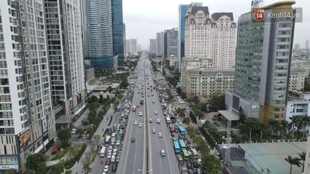 Ảnh: Đường Hà Nội chật cứng xe cộ, hàng nghìn người chôn chân, vật lộn với giá rét xấp xỉ 10 độ C - Ảnh 18.