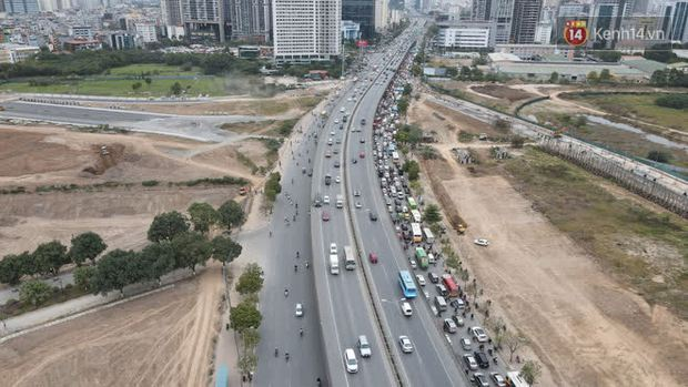 Ảnh: Đường Hà Nội chật cứng xe cộ, hàng nghìn người chôn chân, vật lộn với giá rét xấp xỉ 10 độ C - Ảnh 16.
