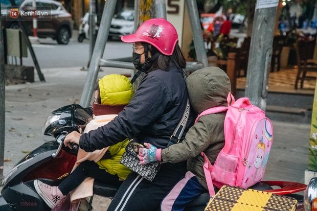 Chùm ảnh: Hà Nội chìm trong rét buốt nhất từ đầu mùa, nhiều người khoác 5, 6 lớp áo chống lại cái rét xấp xỉ 10 độ C - Ảnh 2.