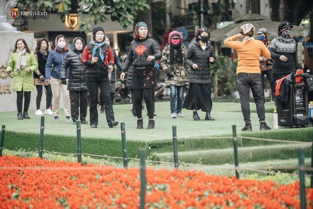 Chùm ảnh: Hà Nội chìm trong rét buốt nhất từ đầu mùa, nhiều người khoác 5, 6 lớp áo chống lại cái rét xấp xỉ 10 độ C - Ảnh 15.