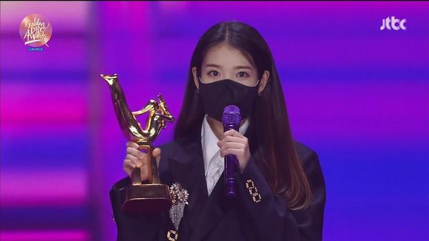 IU vừa ẵm trọn Daesang tại Grammy Hàn Quốc 2021 đã thông báo comeback ngay tháng 1 khiến fan đứng ngồi không yên - Ảnh 6.