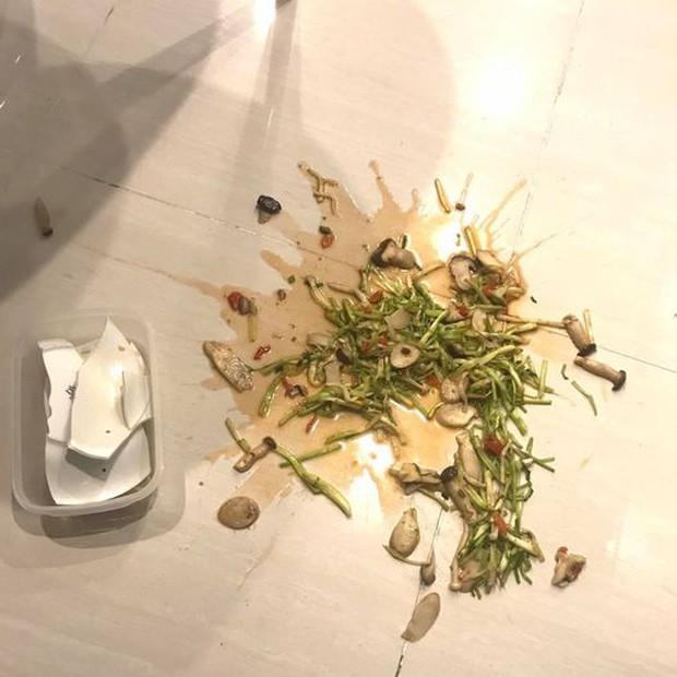 Chuẩn bị ăn cơm thì con trai làm vỡ tan tành đĩa rau, người bố chỉ làm hành động nhỏ liền được khen dạy con khéo quá! - Ảnh 1.