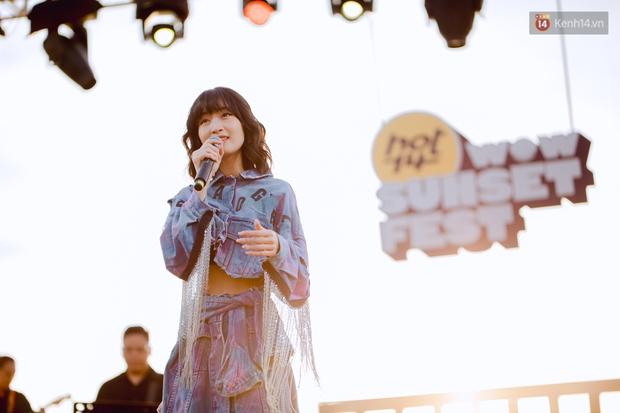 Chiều hoàng hôn nghe Thuỳ Chi hát, Jack hoà giọng cùng fan bên bờ biển và những khoảnh khắc chỉ có tại HOT14 WOW Sunset Fest - Ảnh 4.