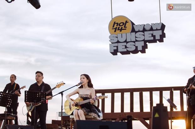 Chiều hoàng hôn nghe Thuỳ Chi hát, Jack hoà giọng cùng fan bên bờ biển và những khoảnh khắc chỉ có tại HOT14 WOW Sunset Fest - Ảnh 6.