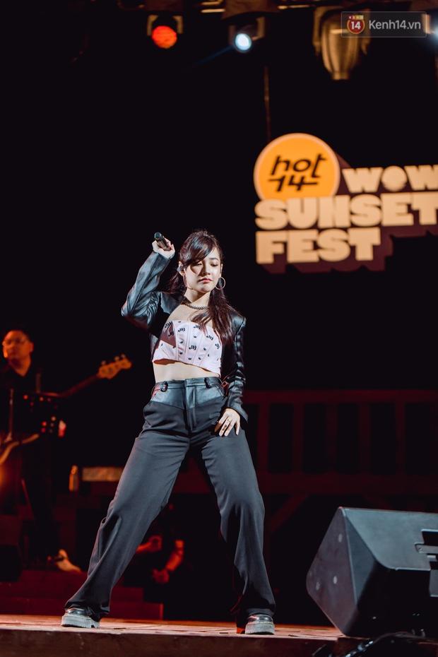 Chiều hoàng hôn nghe Thuỳ Chi hát, Jack hoà giọng cùng fan bên bờ biển và những khoảnh khắc chỉ có tại HOT14 WOW Sunset Fest - Ảnh 18.