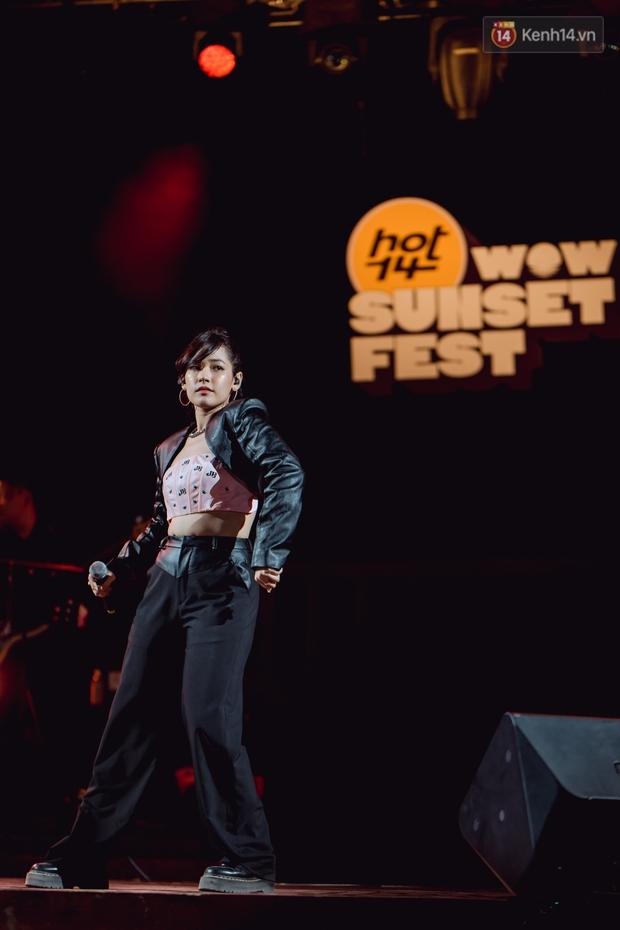 Chiều hoàng hôn nghe Thuỳ Chi hát, Jack hoà giọng cùng fan bên bờ biển và những khoảnh khắc chỉ có tại HOT14 WOW Sunset Fest - Ảnh 17.