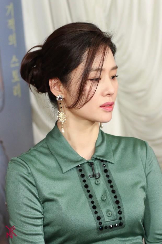 5 bóng hồng bước qua đời So Ji Sub: Toàn mỹ nhân ngực khủng căng tràn bờ đê, Son Ye Jin học vấn thua xa vợ tài tử - Ảnh 49.