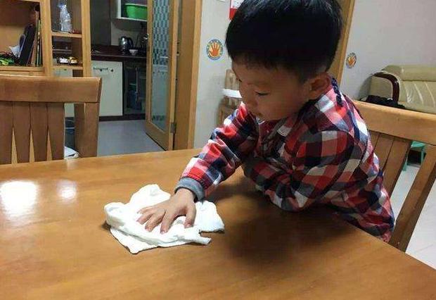 Chuẩn bị ăn cơm thì con trai làm vỡ tan tành đĩa rau, người bố chỉ làm hành động nhỏ liền được khen dạy con khéo quá! - Ảnh 3.