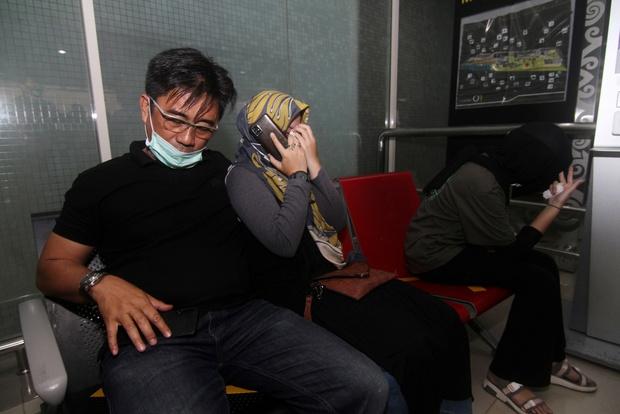 Máy bay rơi tại Indonesia: Thân nhân bàng hoàng đau đớn, khóc hết nước mắt trước tin dữ, ngóng đợi người nhà trở về trong vô vọng tại sân bay - Ảnh 8.