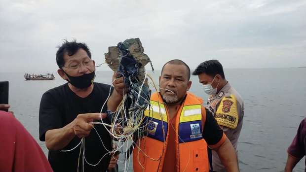 Máy bay rơi tại Indonesia: Thân nhân bàng hoàng đau đớn, khóc hết nước mắt trước tin dữ, ngóng đợi người nhà trở về trong vô vọng tại sân bay - Ảnh 1.