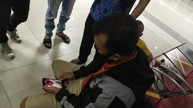 Máy bay rơi tại Indonesia: Thân nhân bàng hoàng đau đớn, khóc hết nước mắt trước tin dữ, ngóng đợi người nhà trở về trong vô vọng tại sân bay - Ảnh 10.