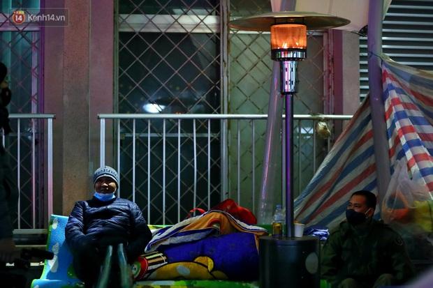 Người dân quây quần dưới 20 cây sưởi tỏa nhiệt trong bệnh viện giữa đêm đông buốt giá ở Hà Nội: Màn trời chiếu đất trông người bệnh, giờ đã ấm hơn rồi - Ảnh 4.