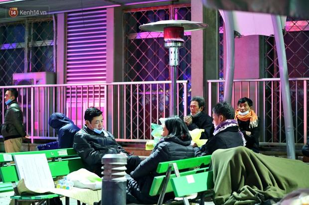 Người dân quây quần dưới 20 cây sưởi tỏa nhiệt trong bệnh viện giữa đêm đông buốt giá ở Hà Nội: Màn trời chiếu đất trông người bệnh, giờ đã ấm hơn rồi - Ảnh 9.