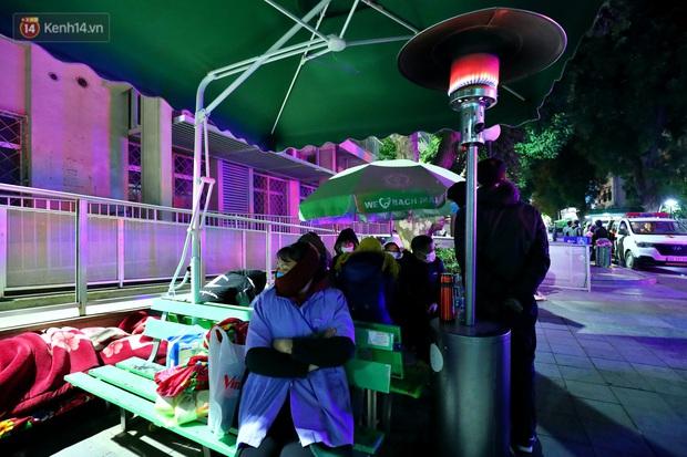 Người dân quây quần dưới 20 cây sưởi tỏa nhiệt trong bệnh viện giữa đêm đông buốt giá ở Hà Nội: Màn trời chiếu đất trông người bệnh, giờ đã ấm hơn rồi - Ảnh 8.