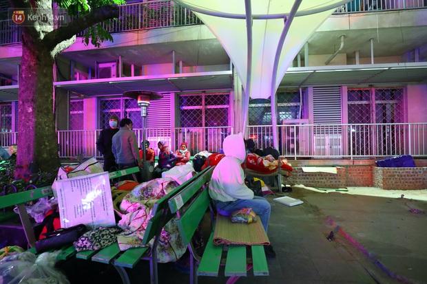 Người dân quây quần dưới 20 cây sưởi tỏa nhiệt trong bệnh viện giữa đêm đông buốt giá ở Hà Nội: Màn trời chiếu đất trông người bệnh, giờ đã ấm hơn rồi - Ảnh 11.