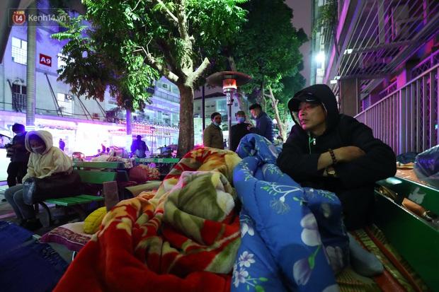 Người dân quây quần dưới 20 cây sưởi tỏa nhiệt trong bệnh viện giữa đêm đông buốt giá ở Hà Nội: Màn trời chiếu đất trông người bệnh, giờ đã ấm hơn rồi - Ảnh 12.