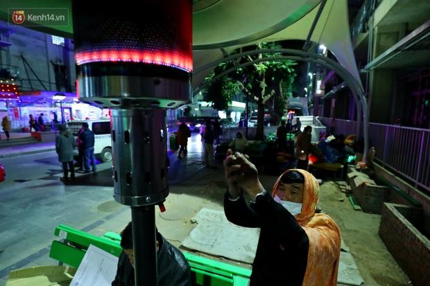 Người dân quây quần dưới 20 cây sưởi tỏa nhiệt trong bệnh viện giữa đêm đông buốt giá ở Hà Nội: Màn trời chiếu đất trông người bệnh, giờ đã ấm hơn rồi - Ảnh 6.