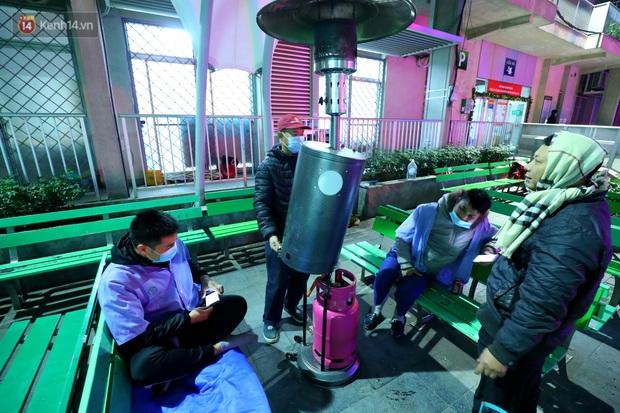 Người dân quây quần dưới 20 cây sưởi tỏa nhiệt trong bệnh viện giữa đêm đông buốt giá ở Hà Nội: Màn trời chiếu đất trông người bệnh, giờ đã ấm hơn rồi - Ảnh 15.