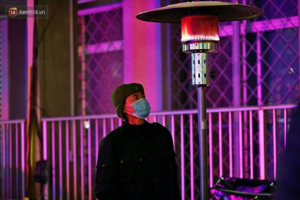 Người dân quây quần dưới 20 cây sưởi tỏa nhiệt trong bệnh viện giữa đêm đông buốt giá ở Hà Nội: Màn trời chiếu đất trông người bệnh, giờ đã ấm hơn rồi - Ảnh 7.