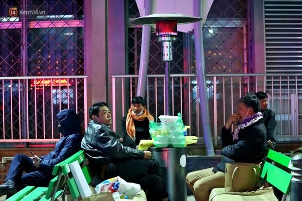 Người dân quây quần dưới 20 cây sưởi tỏa nhiệt trong bệnh viện giữa đêm đông buốt giá ở Hà Nội: Màn trời chiếu đất trông người bệnh, giờ đã ấm hơn rồi - Ảnh 5.