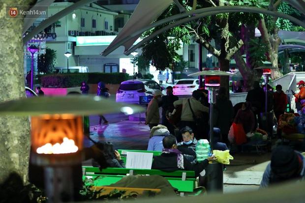 Người dân quây quần dưới 20 cây sưởi tỏa nhiệt trong bệnh viện giữa đêm đông buốt giá ở Hà Nội: Màn trời chiếu đất trông người bệnh, giờ đã ấm hơn rồi - Ảnh 14.
