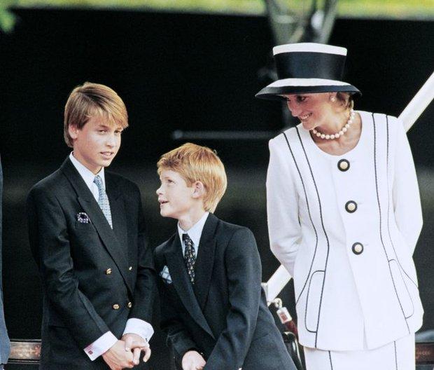 Những lần Công nương Diana không ngại phá vỡ quy tắc hoàng gia để nuôi dạy con theo ý riêng nhưng lại nhận được sự ủng hộ của dân chúng - Ảnh 4.