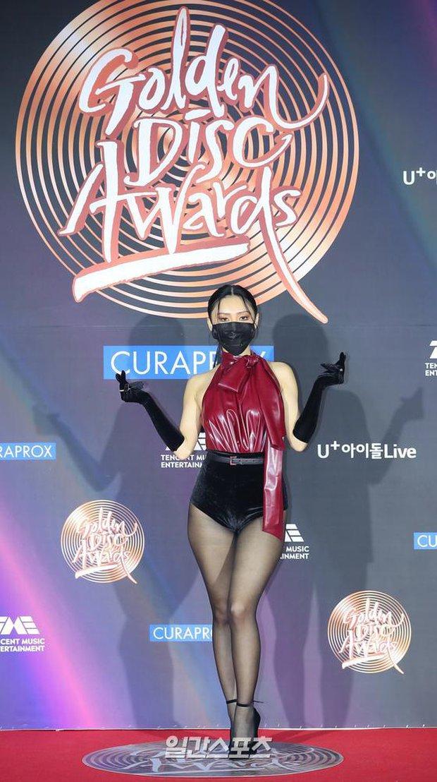 Màn hở bạo nhất Grammy Hàn Quốc 2021: Hwasa (MAMAMOO) như mặc đồ bơi, suýt hớ hênh vì vũ đạo nóng mắt làm lộ cả mảng lưng trần - Ảnh 2.
