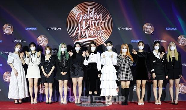 Thảm đỏ Grammy Hàn Quốc 2021: Thành viên Oh My Girl mặc đồ thảm họa, em út sexy nhất Kpop Hwasa và Jessi hở bạo kệ trời rét âm độ - Ảnh 13.