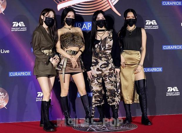 Thảm đỏ Grammy Hàn Quốc 2021: Thành viên Oh My Girl mặc đồ thảm họa, em út sexy nhất Kpop Hwasa và Jessi hở bạo kệ trời rét âm độ - Ảnh 3.