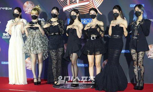Thảm đỏ Grammy Hàn Quốc 2021: Thành viên Oh My Girl mặc đồ thảm họa, em út sexy nhất Kpop Hwasa và Jessi hở bạo kệ trời rét âm độ - Ảnh 7.