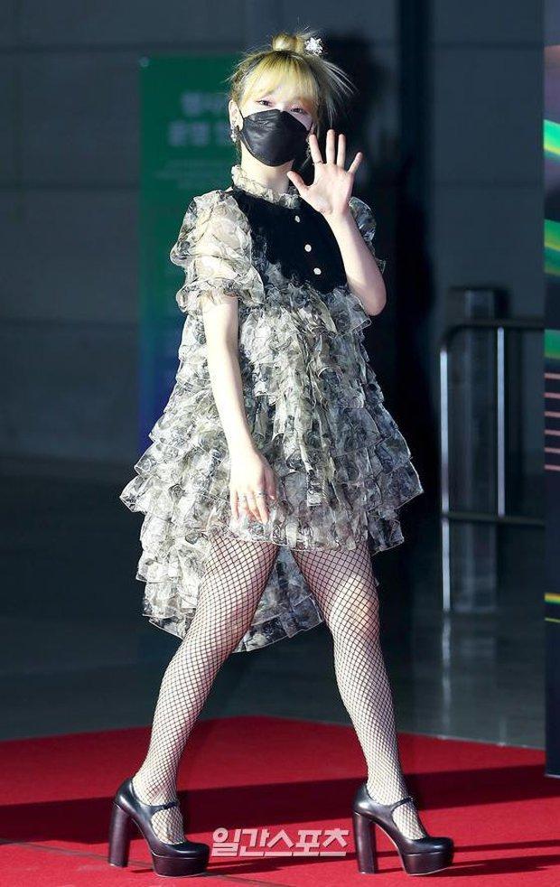 Thảm đỏ Grammy Hàn Quốc 2021: Thành viên Oh My Girl mặc đồ thảm họa, em út sexy nhất Kpop Hwasa và Jessi hở bạo kệ trời rét âm độ - Ảnh 8.