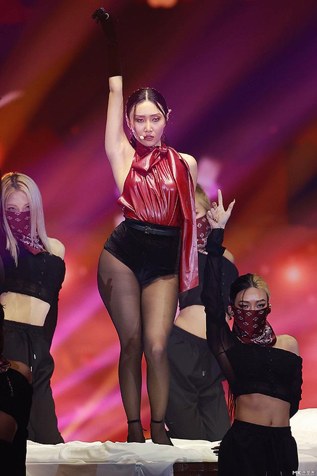 Màn hở bạo nhất Grammy Hàn Quốc 2021: Hwasa (MAMAMOO) như mặc đồ bơi, suýt hớ hênh vì vũ đạo nóng mắt làm lộ cả mảng lưng trần - Ảnh 3.